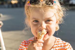 Close up of girl eating ice creamの写真素材 [FYI03512747]