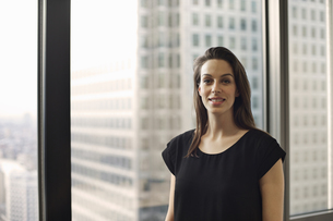 Portrait of businesswoman in high rise officeの写真素材 [FYI03512877]