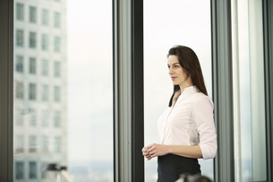 Portrait of businesswoman in high rise officeの写真素材 [FYI03512896]