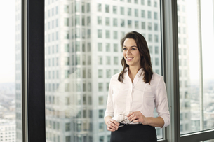 Portrait of young businesswoman in high rise officeの写真素材 [FYI03512898]