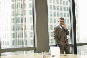 Portrait of businessman in high rise officeの写真素材 [FYI03512903]