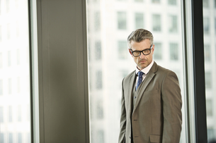 Portrait of mature businessman in high rise officeの写真素材 [FYI03512906]