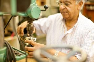 Cobbler mending heel of shoeの写真素材 [FYI03512957]
