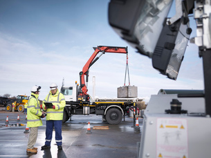 Emergency Response workers training with truck craneの写真素材 [FYI03513611]