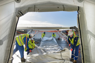 Emergency Response Team workers erecting tent control centreの写真素材 [FYI03513622]