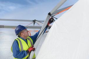 Emergency Response Team worker erecting tent control centreの写真素材 [FYI03513623]