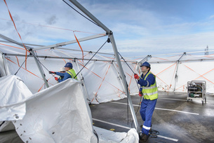 Emergency Response Team workers erecting tent control centreの写真素材 [FYI03513625]