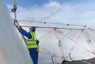 Emergency Response Team workers erecting tent control centreの写真素材 [FYI03513626]