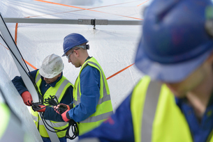 Emergency Response Team workers erecting tent control centreの写真素材 [FYI03513630]