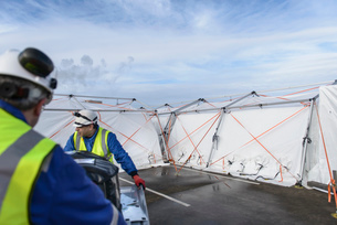 Emergency Response Team workers erecting tent control centreの写真素材 [FYI03513631]