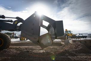 Emergency Response Team digger lifting blocks in training exerciseの写真素材 [FYI03513638]
