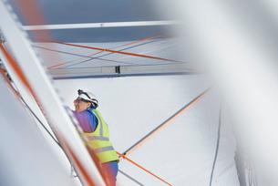 Emergency Response Team worker erecting tent control centreの写真素材 [FYI03513640]