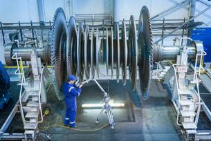 Engineer measuring low pressure steam turbine parts in repair worksの写真素材 [FYI03513873]