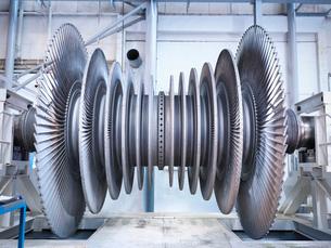 Side view of low pressure steam turbine in repair bayの写真素材 [FYI03513878]