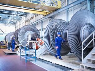 Engineers with low pressure steam turbines in repair bays in workshopの写真素材 [FYI03513890]