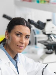 Female researcher in laboratory next to microscopes.の写真素材 [FYI03513946]