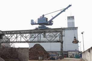 Pile of scrap and crane in portの写真素材 [FYI03514157]