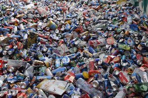 Pile of waste packaging, plastic bottles and tin cansの写真素材 [FYI03514158]