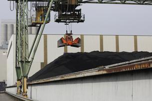 Crane grab and pile of coal in portの写真素材 [FYI03514160]