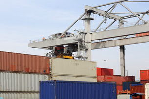 Container crane and stacks of freight containers in portの写真素材 [FYI03514165]