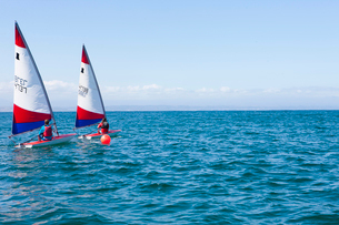 Teenager sailing boatの写真素材 [FYI03514180]