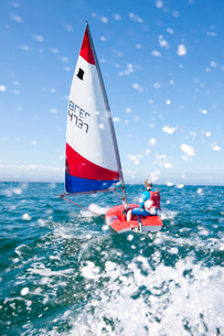 Teenager sailing boatの写真素材 [FYI03514182]