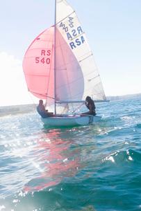 Teenager sailing boatの写真素材 [FYI03514183]