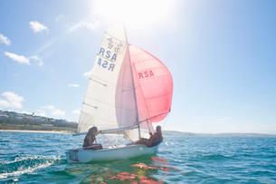 Teenager sailing boatの写真素材 [FYI03514184]