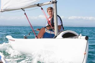 Teenager sailing boatの写真素材 [FYI03514185]