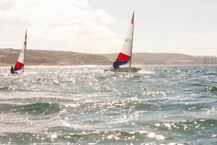 Teenager sailing boatの写真素材 [FYI03514186]