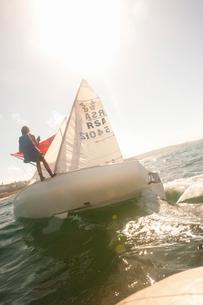Teenager sailing boatの写真素材 [FYI03514187]