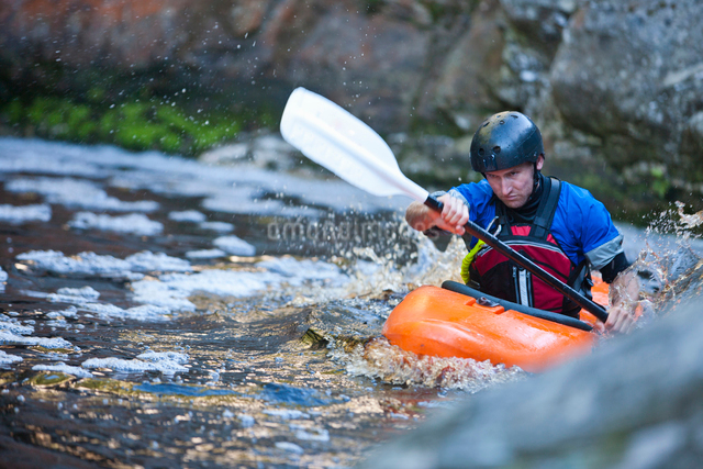 Mid adult man kayaking on river rapidsの写真素材 [FYI03514300]