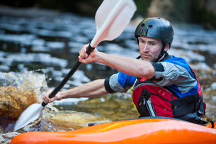 Close up of mid adult man kayaking on river rapidsの写真素材 [FYI03514302]