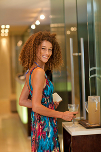 Portrait of relaxed young woman with drink in spaの写真素材 [FYI03514317]