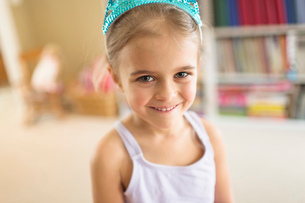 Portrait of cute young girl in princess crownの写真素材 [FYI03514428]