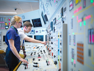Female operator and trainee in nuclear power station control room simulatorの写真素材 [FYI03514769]