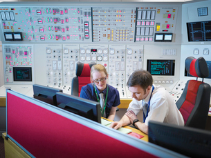 Female operator and trainee in nuclear power station control room simulatorの写真素材 [FYI03514770]