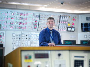 Portrait of operator in nuclear power station control room simulatorの写真素材 [FYI03514776]