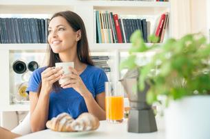 Young woman having breakfastの写真素材 [FYI03514934]