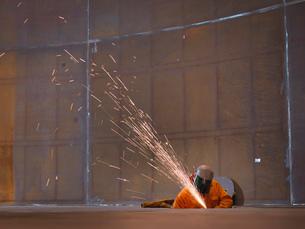 Worker grinding in marine fabrication factoryの写真素材 [FYI03515001]