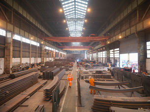 Overview of workers in marine fabrication factoryの写真素材 [FYI03515006]