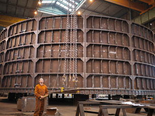 Worker operating crane in marine fabrication factoryの写真素材 [FYI03515010]