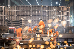 Workers grinding metal construction in marine fabrication factoryの写真素材 [FYI03515016]