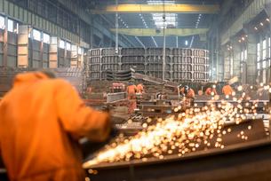Worker grinding metal construction in marine fabrication factoryの写真素材 [FYI03515018]