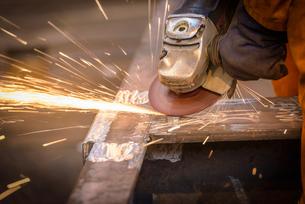 Worker grinding metal construction in marine fabrication factoryの写真素材 [FYI03515020]