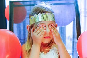 Girl with closed eyes making birthday wishの写真素材 [FYI03515159]