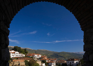 Silhouetted arch view of Ohrid town and mountains, Macedonia, Eastern Europeの写真素材 [FYI03515250]