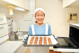 キッチンでクッキーを焼く女の子の写真素材 [FYI03515320]