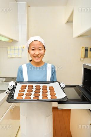 キッチンでクッキーを焼く女の子の写真素材 [FYI03515336]