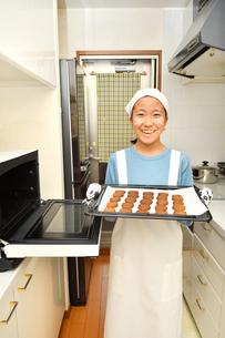 キッチンでクッキーを焼く女の子の写真素材 [FYI03515357]